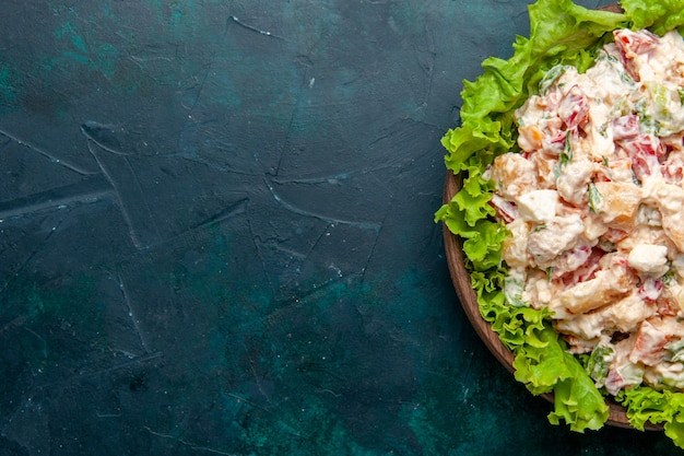 Vue Rapprochée De Dessus Salade De Légumes Au Poulet Avec Mayyonaise Et Salade Verte Sur La Surface Sombre Salade Repas Légume Couleur Alimentaire Photo gratuit