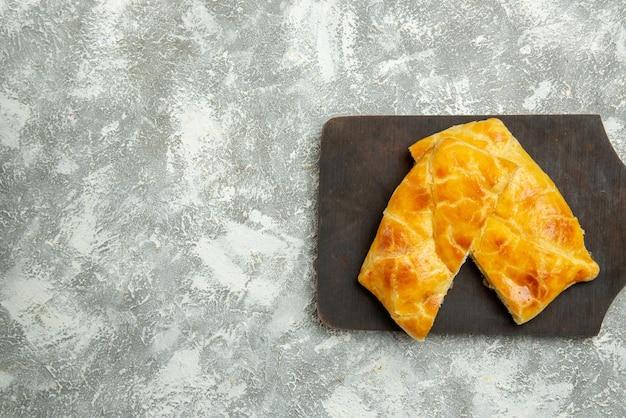 Vue rapprochée de dessus des tartes appétissantes tartes appétissantes sur la planche de la cuisine sur la table grise