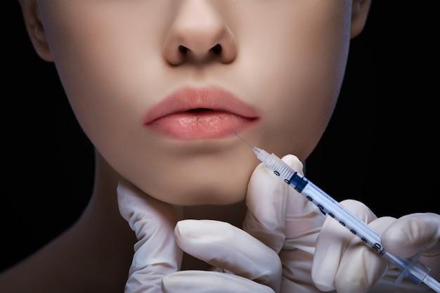 Vue rapprochée détaillée d'une injection de lèvre