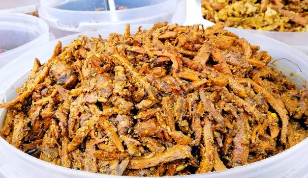 Vue rapprochée de divers cornichons végétariens indiens, affichage à vendre par un vendeur de rue en inde