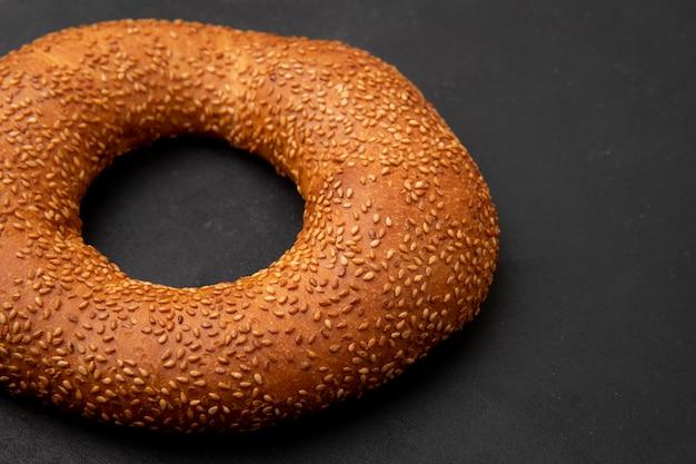 Vue rapprochée du bagel turc sur fond noir avec copie espace
