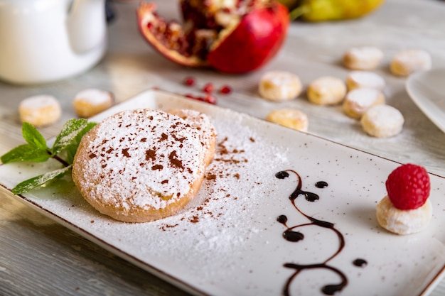 Vue rapprochée du beau dessert sucré élégant servi dans l'assiette. belle décoration, plat de restaurant, prêt à manger. heure du thé, ambiance chaleureuse.