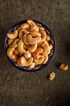 Vue rapprochée du bol avec des noix