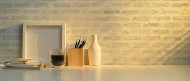 Vue rapprochée du bureau à domicile avec espace copie, cadre, papeterie et décoration