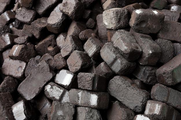 Vue rapprochée du charbon de bois noir, briquettes de charbon. fond de texture de charbon. ressource énergétique, chauffage, usage industriel.