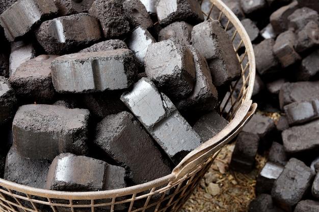 Vue rapprochée du charbon de bois noir, briquettes de charbon. ressource énergétique, chauffage, usage industriel.