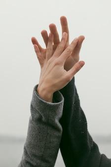 Vue rapprochée du concept de mains de couple