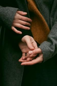 Vue rapprochée du couple main dans la main