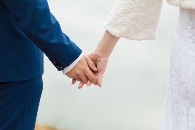 Vue rapprochée du couple marié, main dans la main