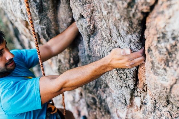Vue rapprochée du grimpeur de corde