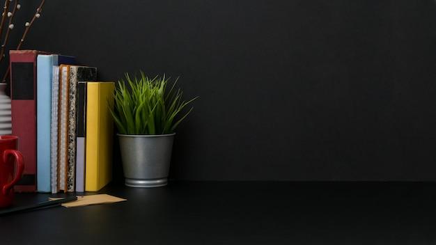 Vue rapprochée du lieu de travail moderne sombre avec copie espace et décorations sur le bureau noir