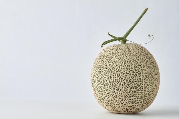 Vue rapprochée du melon hami frais isolé