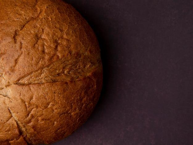 Vue rapprochée du pain d'épi classique sur le côté gauche et l'arrière-plan marron avec copie espace
