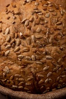 Vue rapprochée du panier avec du pain d'épi brun pour les utilisations d'arrière-plan