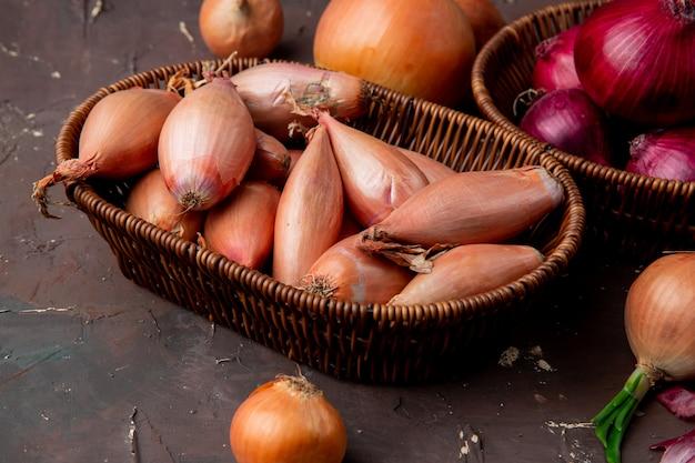 Vue rapprochée du panier plein d'oignons sur fond marron
