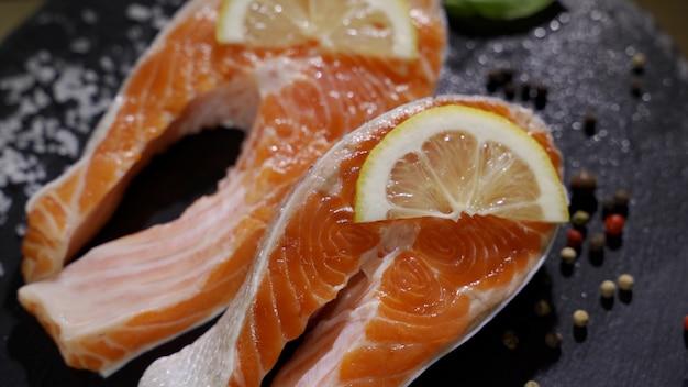 Vue rapprochée du processus d'assaisonnement du filet de saumon