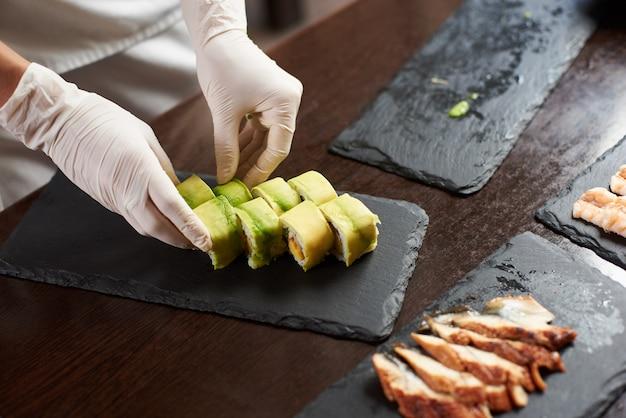 Vue rapprochée du processus de préparation de sushi roulant