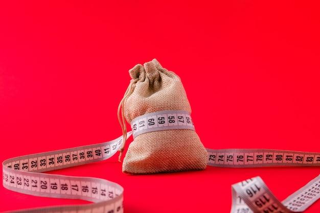 Vue rapprochée du ruban de mesure centimétrique lié au sac d'argent