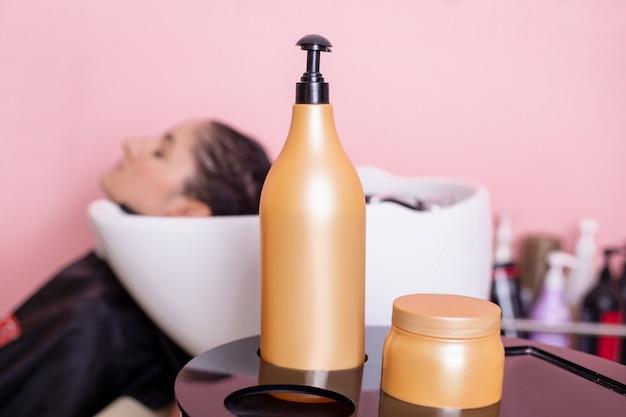 Vue rapprochée du shampooing et masque capillaire