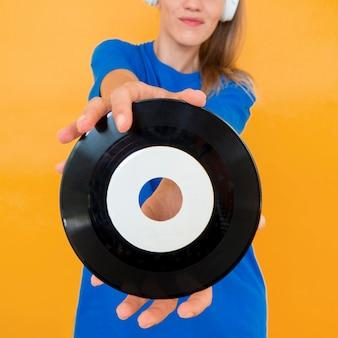 Vue rapprochée du vinyle et de la femme
