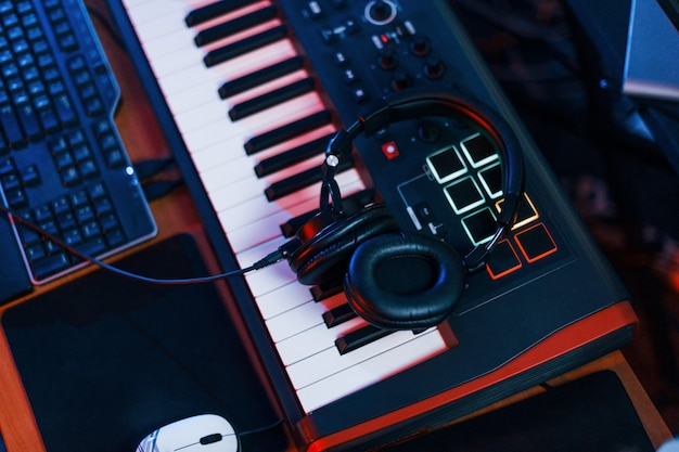 Vue rapprochée des écouteurs allongés sur le clavier du studio.