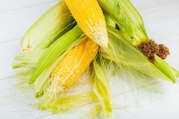 Vue rapprochée des épis de maïs sur table en bois