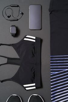 Vue rapprochée de l'équipement de course féminin sur fond noir. concept de mode de vie sain