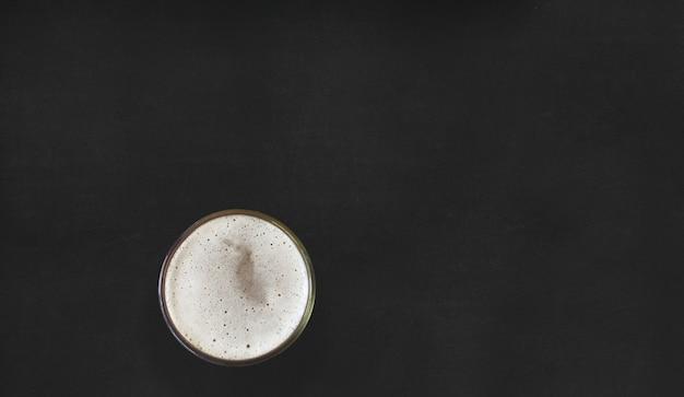 Vue rapprochée de l'expresso noir chaud. isolé sur fond noir. adapté à votre projet de conception alimentaire.