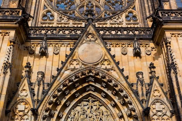 Vue rapprochée de la façade de la cathédrale saint vitus, prague, république tchèque. ville européenne, lieu réputé pour les voyages et le tourisme