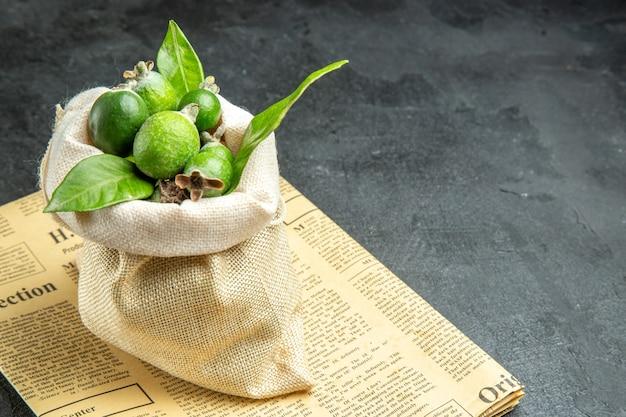 Vue rapprochée de feijoas verts frais naturels dans un sac blanc