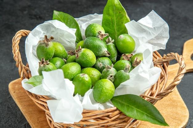 Vue rapprochée des feijoas verts frais naturels avec des feuilles