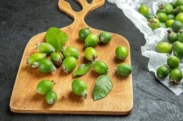 Vue rapprochée des feijoas verts frais naturels sur une planche à découper en bois
