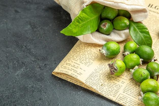 Vue rapprochée des feijoas verts frais naturels d'un sac blanc tombé