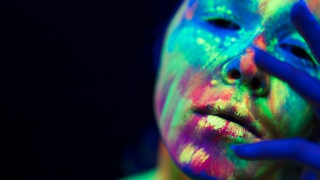 Vue rapprochée de femme avec du maquillage fluorescent coloré