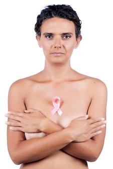 Vue rapprochée de la femme avec ruban de cancer du sein rose