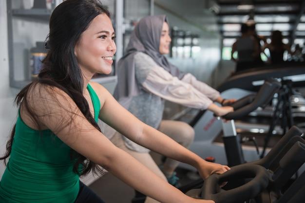 Vue rapprochée des femmes au gymnase faisant des exercices de cardio