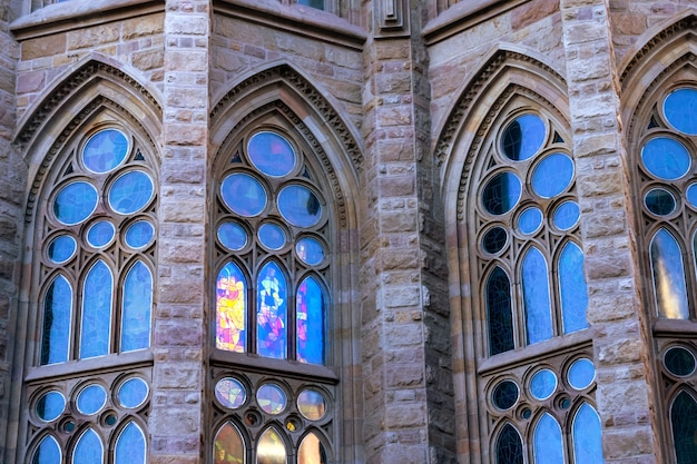 Une vue rapprochée des fenêtres de la sagrda familia