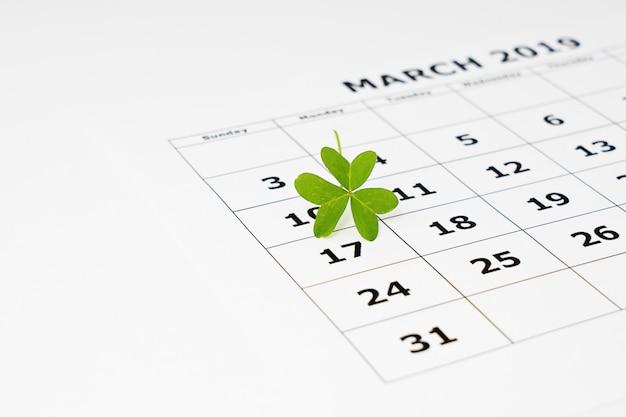 Vue rapprochée d'une feuille de calendrier papier avec la date sélectionnée, le 17 mars
