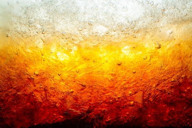 Vue rapprochée des glaçons sur fond sombre de cola