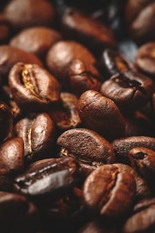 Vue rapprochée des graines de café brun sur dark