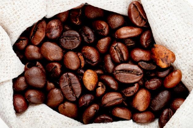 Vue rapprochée de grains de café bruns dans un sac