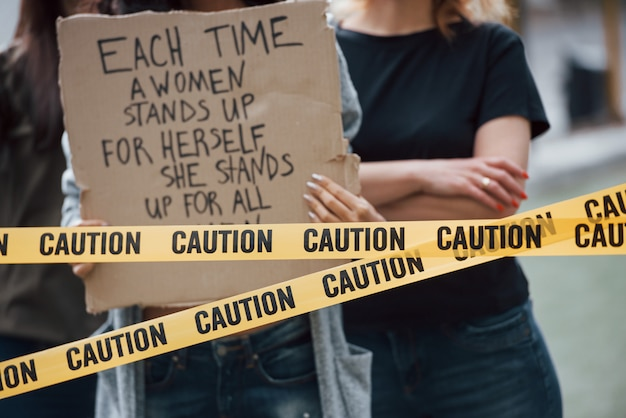 Vue rapprochée. un groupe de femmes féministes protestent pour leurs droits en plein air