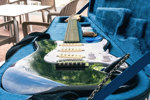 Vue rapprochée d'une guitare électrique dans sa boîte