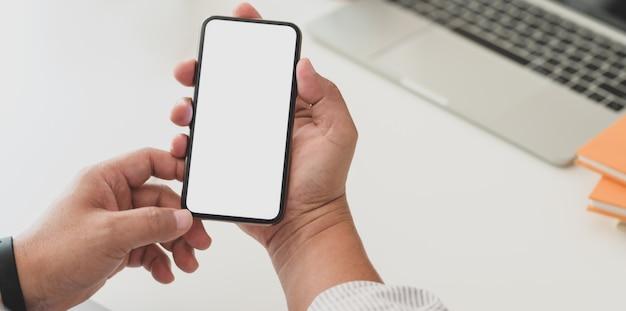 Vue rapprochée de l'homme d'affaires, surfer sur internet sur smartphone écran blanc