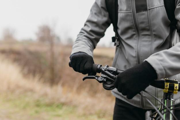 Vue rapprochée de l'homme avec barre de poignée