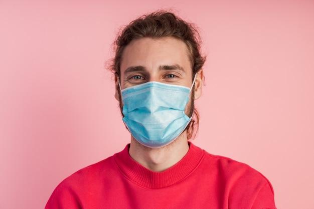 Vue rapprochée. homme dans un masque de protection