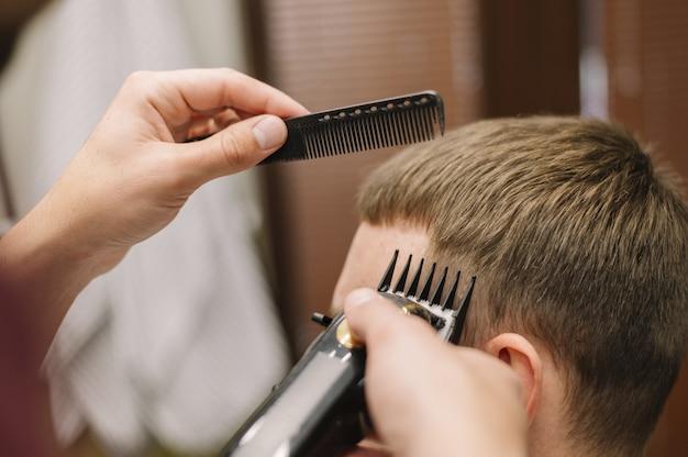 Vue rapprochée de l'homme obtenant une coupe de cheveux