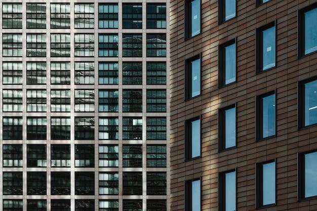 Vue rapprochée des immeubles de bureaux modernes gratte-ciel