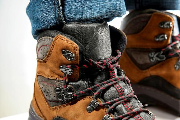 Vue rapprochée de la jambe de l'homme en bottes de trekking