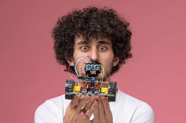 Vue rapprochée jeune homme surprenant par une nouvelle innovation